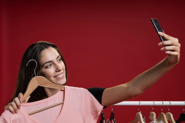Frau, die ein selfie mit einem rosa t-shirt nimmt