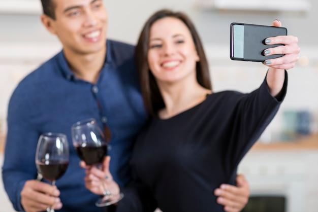 Frau, die ein selfie mit ihrem ehemann nimmt