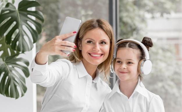 Frau, die ein selfie mit ihrem schüler nimmt