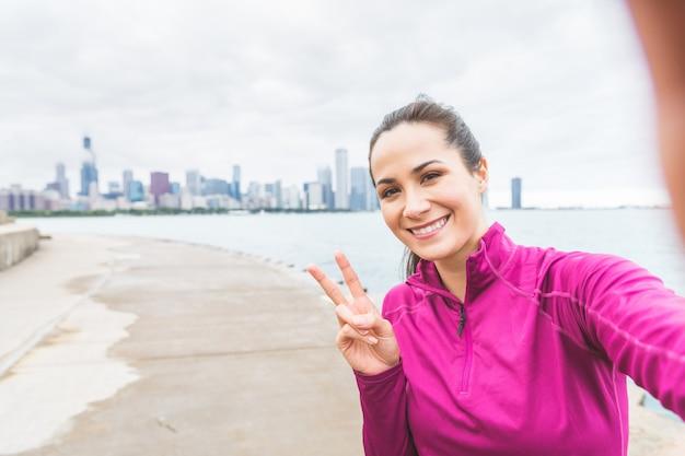 Frau, die ein selfie nach training in chicago nimmt