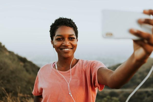 Frau, die ein selfie nimmt