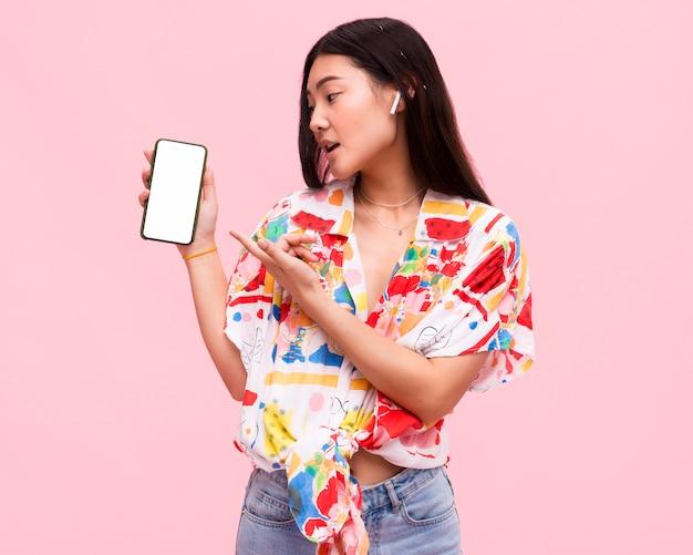 Frau, die ein smartphone hält