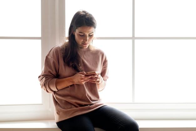Frau, die ein smartphone social media conecpt verwendet