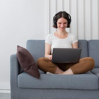 Frau, die ein spiel auf ihrem laptop spielt