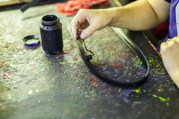 Frau, die ein teil einer tasche malt