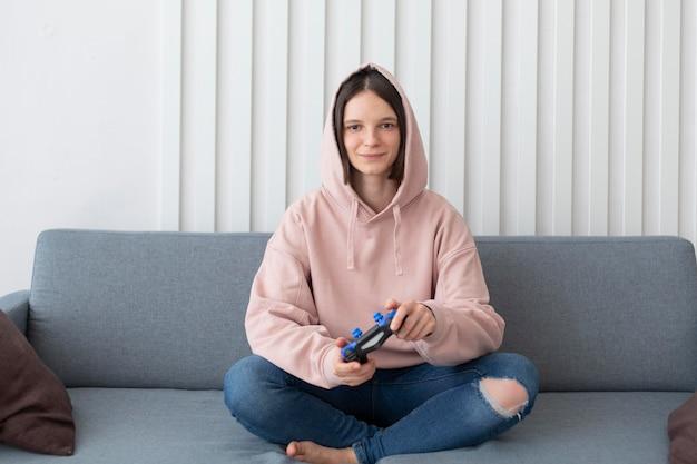 Frau, die ein videospiel zu hause spielt