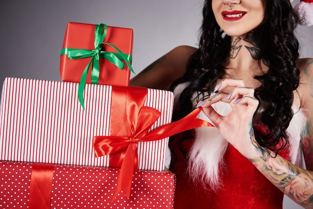 Frau, die ein weihnachtsgeschenk öffnet