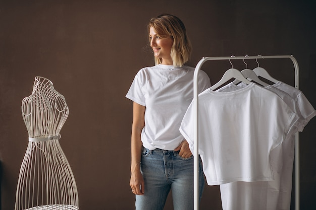 Frau, die ein weißes hemd wählt