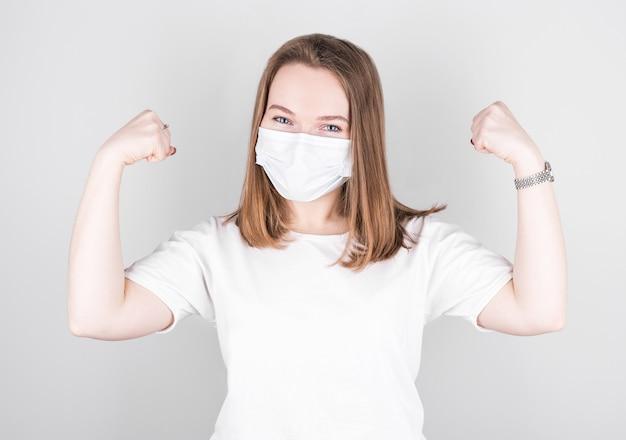 Frau, die eine antivirenschutzmaske trägt, um andere von corona covid-19 zu verhindern