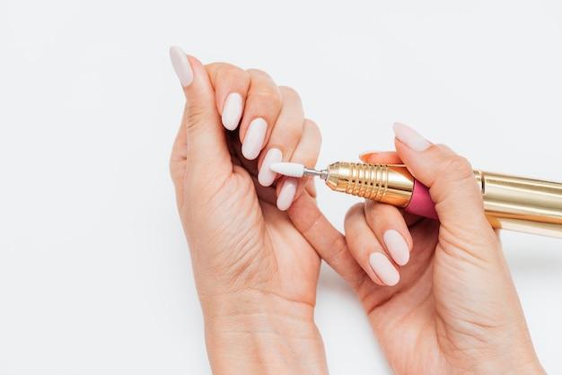 Frau, die eine digitale nagelfeile verwendet