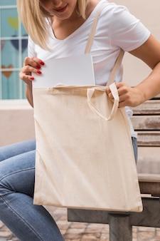 Frau, die eine einkaufstasche trägt