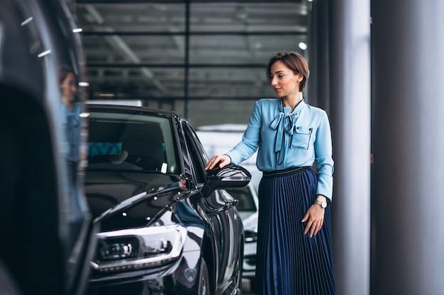 Frau, die eine entscheidung trifft, um ein auto zu kaufen