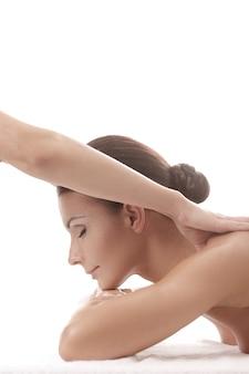 Frau, die eine entspannende massage am spa erhält