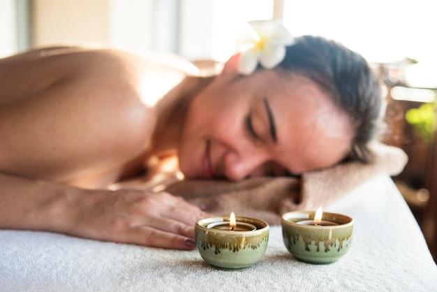 Frau, die eine entspannende massage an einem badekurort genießt