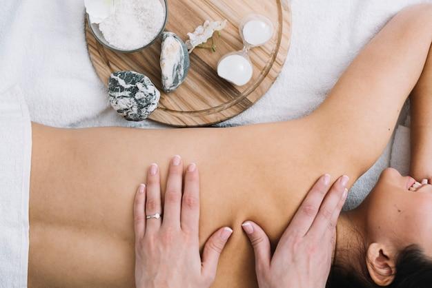 Frau, die eine entspannende massage in einem badekurort empfängt