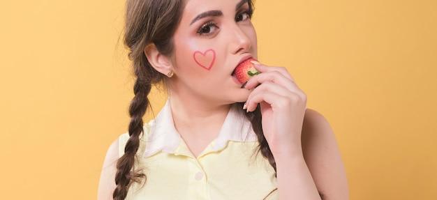 Frau, die eine erdbeere isst