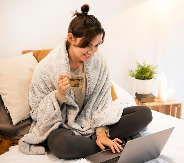Frau, die eine fernsehsendung auf dem laptop sieht