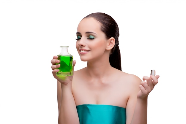 Frau, die eine flasche grünes parfüm hält Premium Fotos