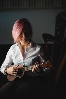 Frau, die eine gitarre spielt