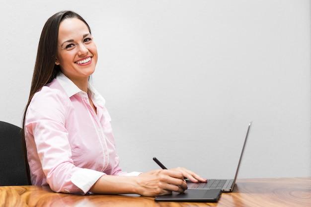 Frau, die eine grafische tablette verwendet