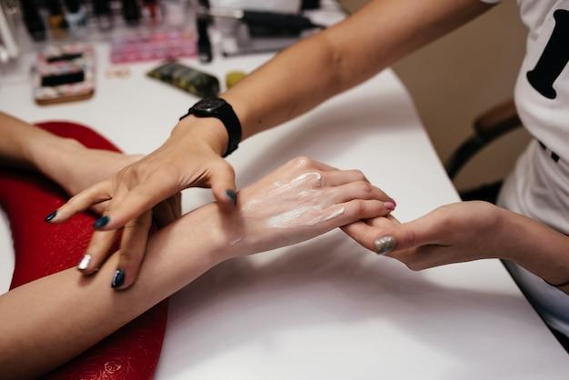 Frau, die eine handmassage am gesundheitsbadekurort genießt.