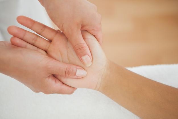Frau, die eine handmassage empfängt
