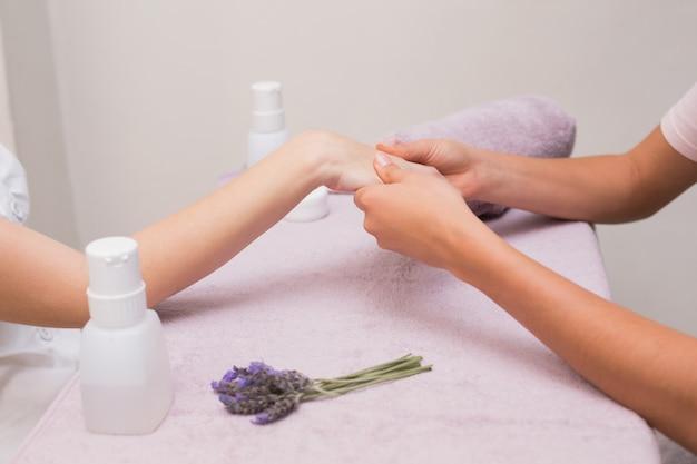 Frau, die eine handmassage erhält