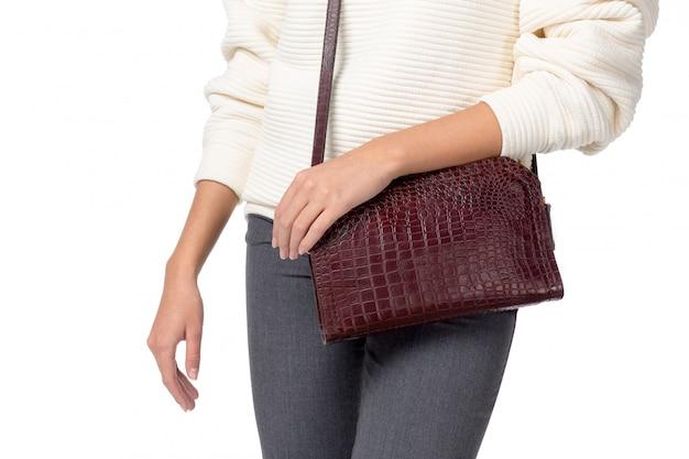 Frau, die eine handtasche getrennt auf weiß anhält