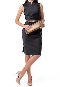 Frau, die eine handtasche lokalisiert hält
