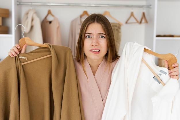 Frau, die eine harte zeit hat, zu entscheiden, was man trägt