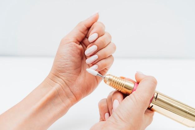 Frau, die eine hohe ansicht der nagelfeile verwendet