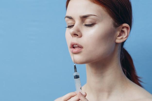 Frau, die eine injektion in die lippen tut