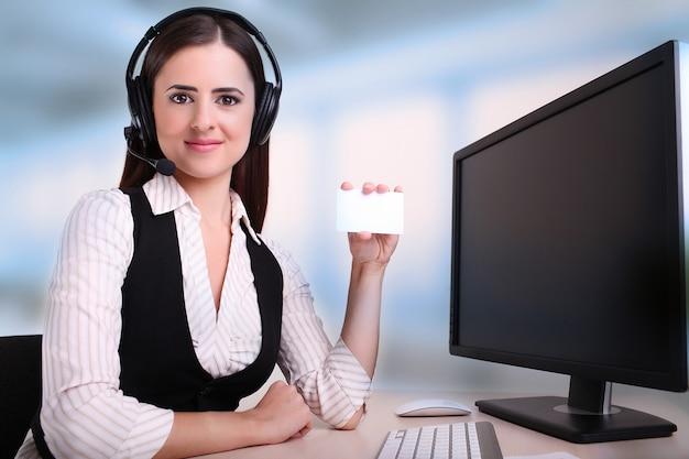 Frau, die eine karte anhält, um kontaktdetail mit einzuschließen