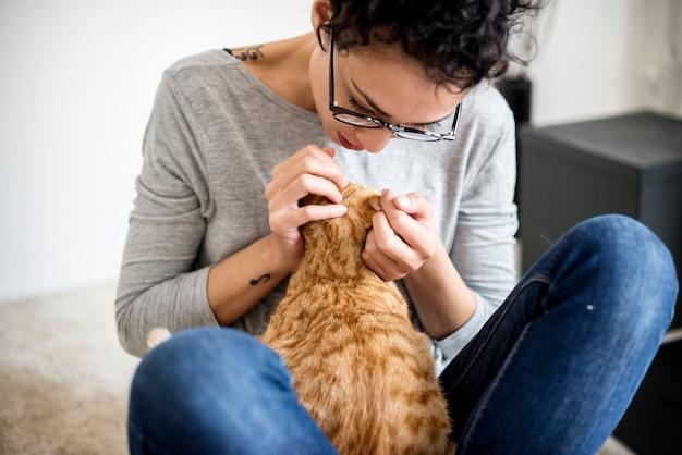 Frau, die eine katze streichelt