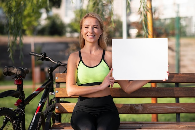 Frau, die eine kopienraumtafel hält Premium Fotos
