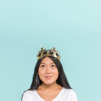 Frau, die eine krone mit exemplarplatz trägt