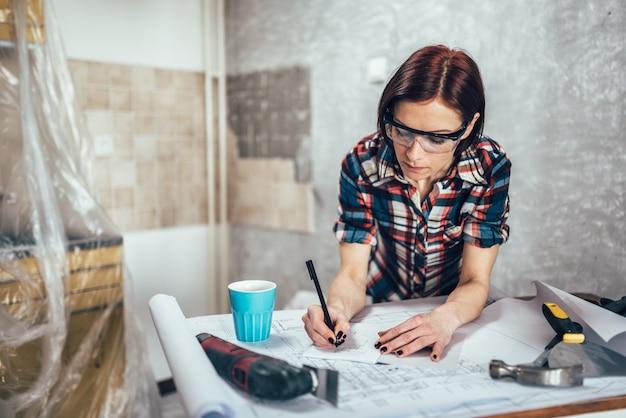 Frau, die eine küche skizziert