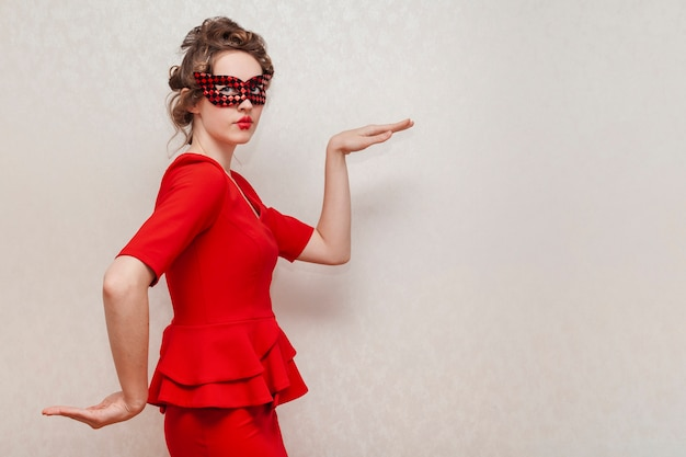 Frau, die eine maske herumalbert trägt