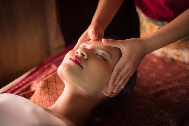 Frau, die eine massage auf ihrem gesicht