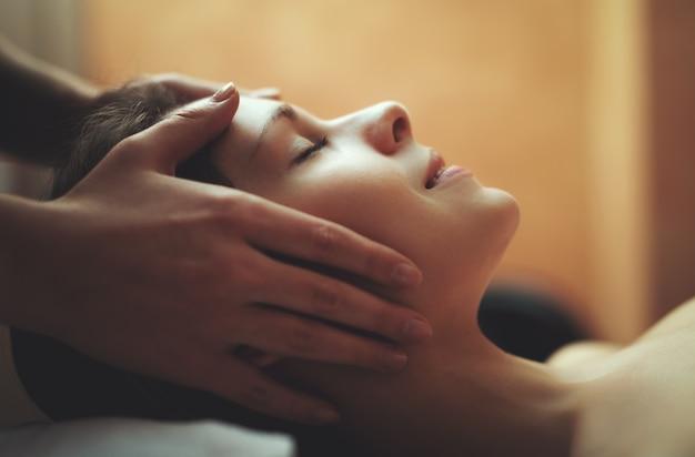 Frau, die eine massage hat