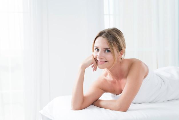 Frau, die eine massage in einem badekurort empfängt