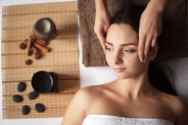 Frau, die eine massage in einem badekurort hat
