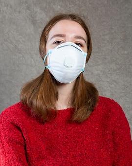Frau, die eine medizinische maske auf gesicht zum schutz trägt