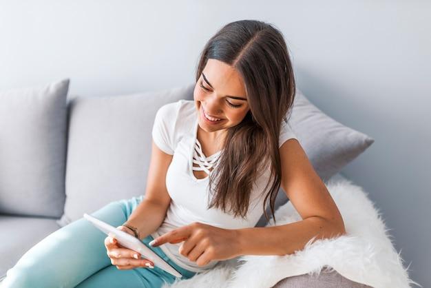 Frau, die eine mitteilung, ein ebook oder informationen über ihren tablet-computer mit einem blick von excit liest