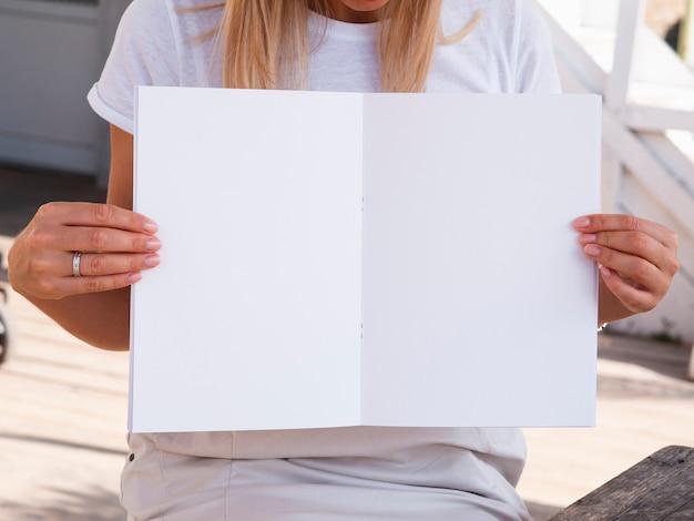 Frau, die eine modellzeitschrift hält