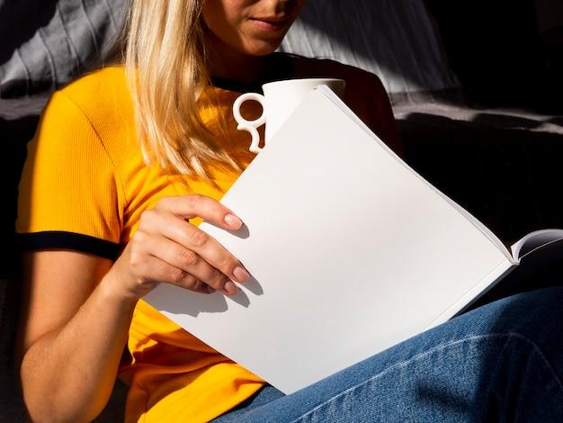 Frau, die eine modellzeitschrift liest