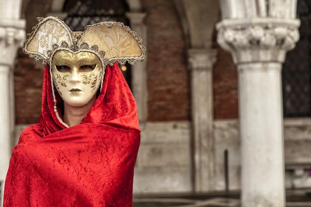 Frau, die eine mysteriöse maske trägt