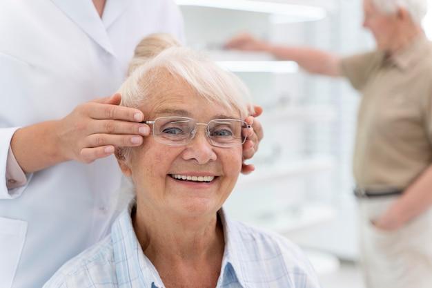 Frau, die eine neue brille überprüft