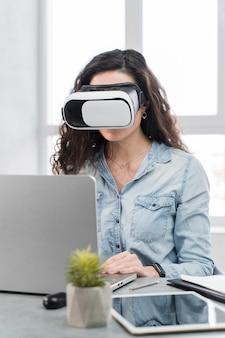 Frau, die eine neue vr technologie im büro versucht