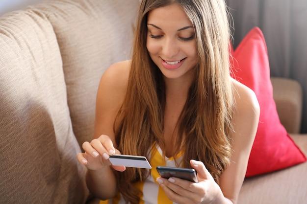 Frau, die eine online-zahlung mit ihrem smartphone tut